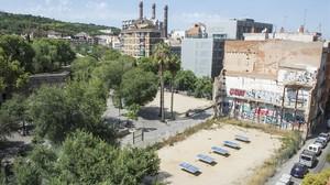 El solar propiedad de la cadenaPraktik, pendiente de que el Ayuntamiento de Barcelona le conceda la licencia.