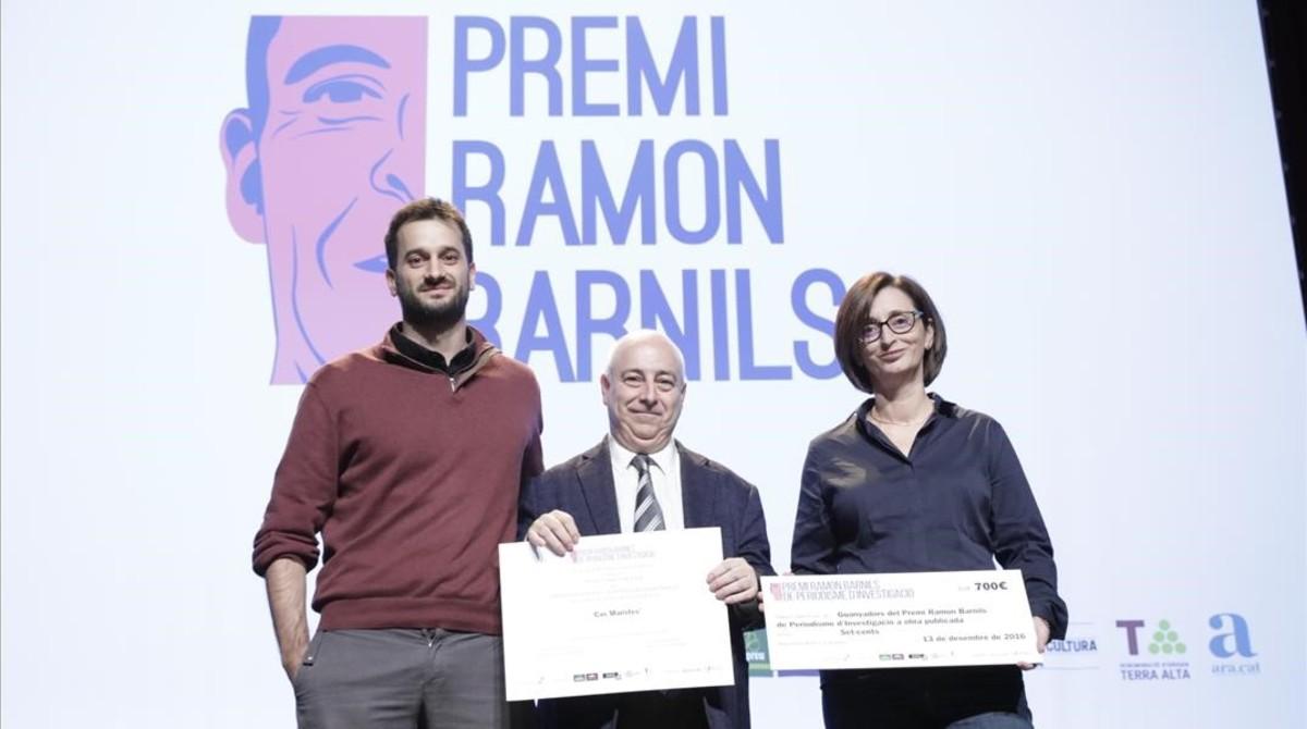 Guillem Sànchez, J. G. Albalat y María Jesús Ibáñez reciben el premio Ramon Barnils, en el Born Centre de Cultura i Memòria.