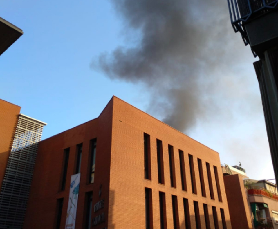 El incendio se ha producido sobre las 8 de la mañana en la calle dels Catalans de Cornellà.