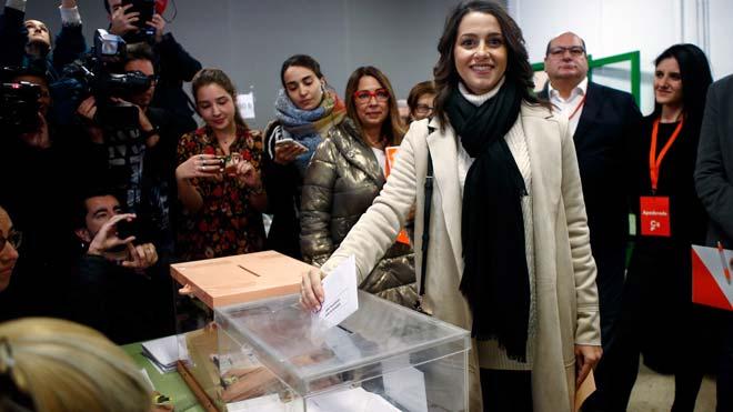 Inés Arrimadas, increpada tras votar en Barcelona.