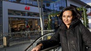 Inesa, trabajadora despedida de la tienda de H&M en Glòries por acumular bajas intermitentes justificadas.