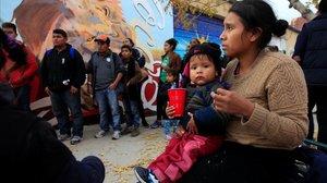 Inmigrantes centroamericanos en un centro de retención estadounidense.
