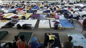 Inmigrantes cubanos descansan en un refugio en La Cruz, Costa Rica.