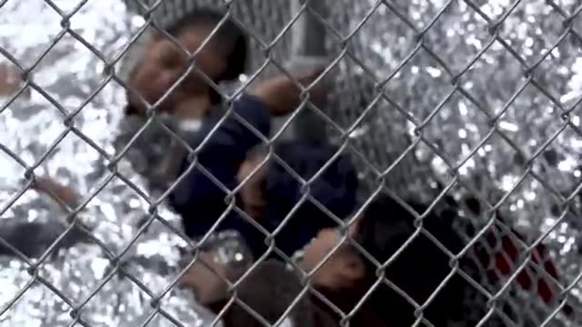 Un vídeo muestra a inmigrantes enjaulados en un centro de detención en Texas.