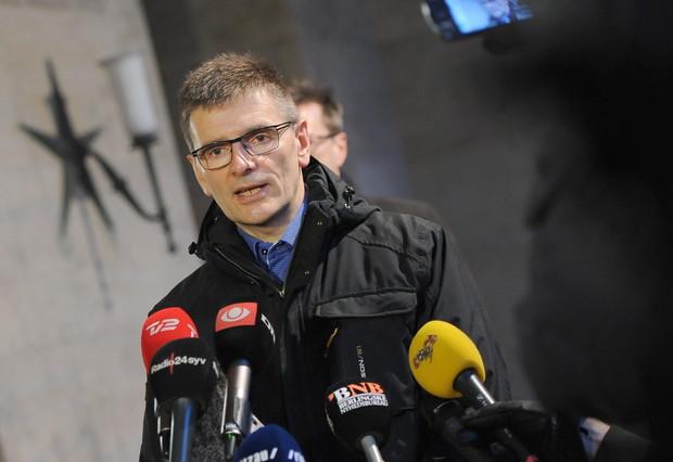 Un inspector de policia parla davant la seu de la policia després dels tirotejos a Copenhaguen.