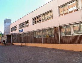 La instalación de toldos en la escuela Ignasi Iglesias de Cornellà es una de las propuestas elegidas en el barrio de El Pedró