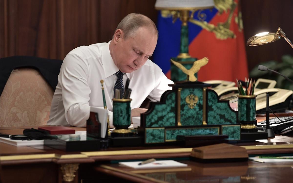 El presidente rusoVladimir Putinaguarda en su despacho antes de la sesión de investiduraen el Gran Palacio del Kremlin