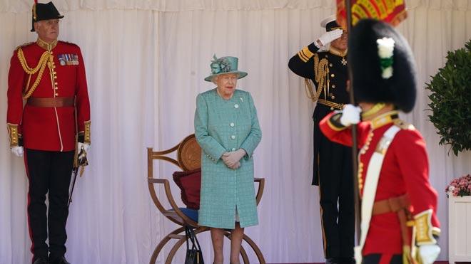 Isabel II celebra su 94 cumpleaños sin multitudes y con menos pompa.