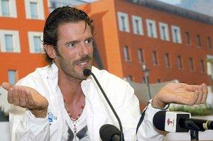 epa00187028 Italian cyclist Mario Cipollini gestures during his press conference on the eve of the 87th Giro dItalia, in Genoa 07 May 2004. EFE/ epa/ LUCA ZENNARO