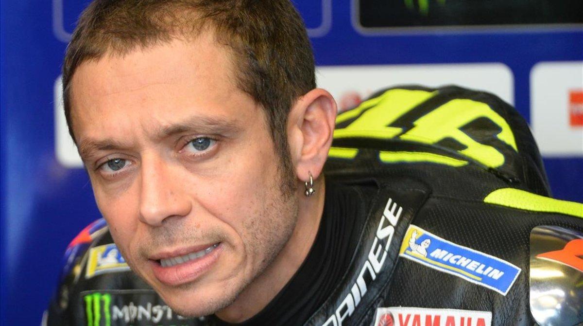 El italiano Valentino Rossi (Yamaha), durante una pausa en los entrenamientos del pasado viernes en Le Mans.