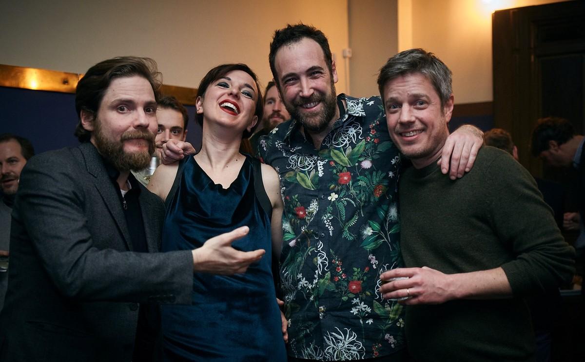 De izquierda a derecha: Daniel Brühl, Sofia Boixet y el chef Sergio Andreu, en el Bar Gracia de Berlín.