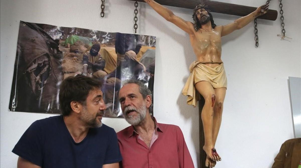 Javier Bardem (izquierda) y Willy Toledo, en la parroquia roja de Vallecas (Madrid).