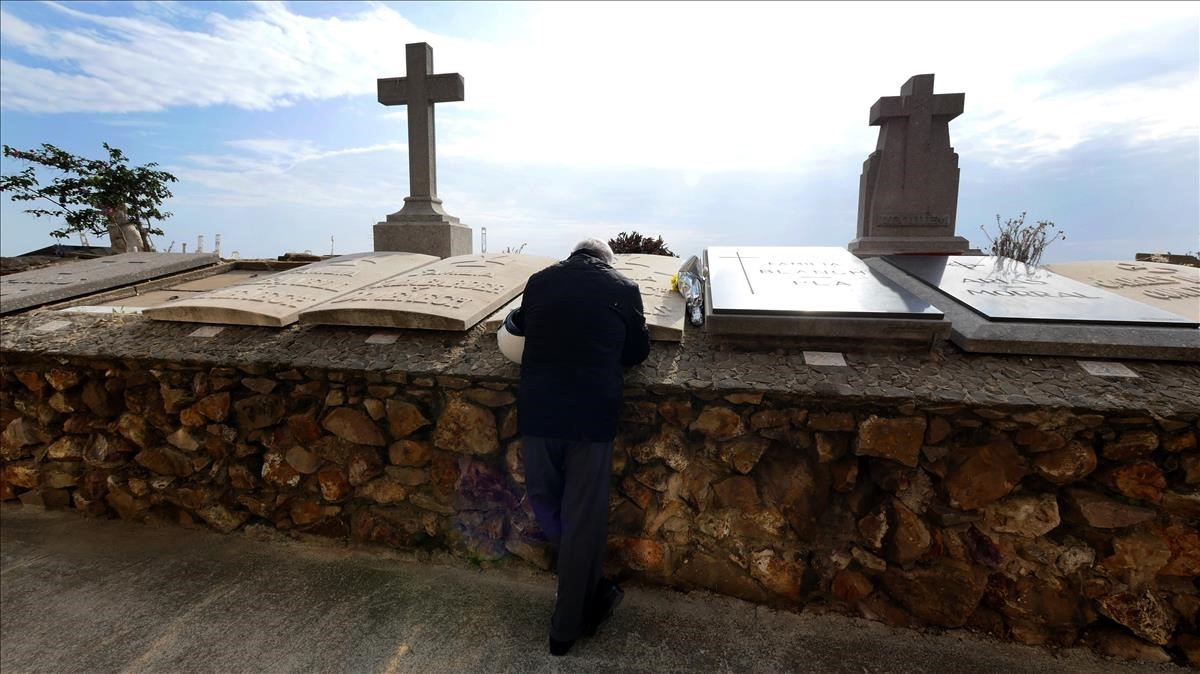 Un visitante en el cementerio de Montjuïc.