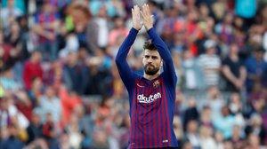 Piqué se despide de la afición del Camp Nou tras acabar el partido contra el Getafe.