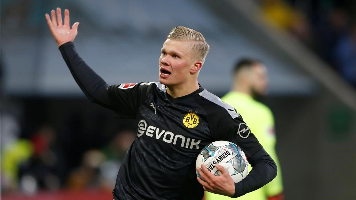 Haaland se apresura con el balón tras marcar el primer gol en su debut con el Borussia Dortmund.Luego se acabaría quedando con la pelota al conseguir tres tantos.