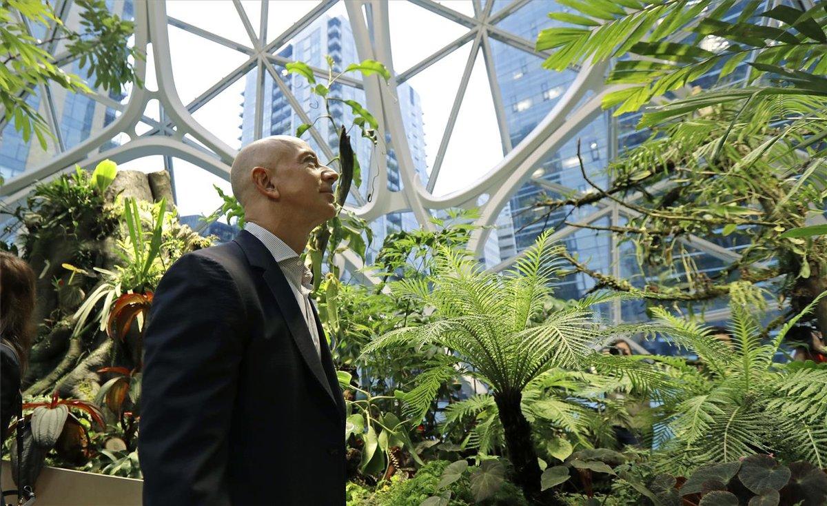 Jeff Bezos, fundador de Amazon, en los jardines que la firma tiene en Seattle, Estados Unidos.