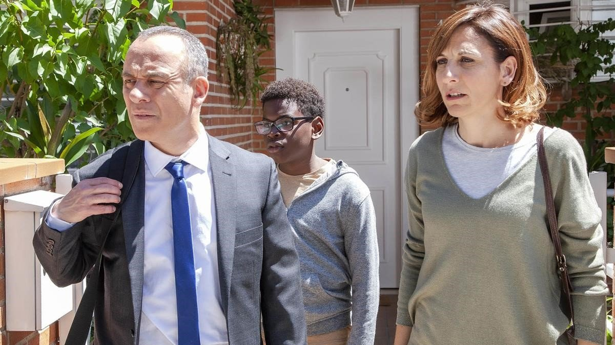 Jesús Gutiérrez, Yannick Ngankam y Malena Alterio, en la tercera temporada de 'Vergüenza'