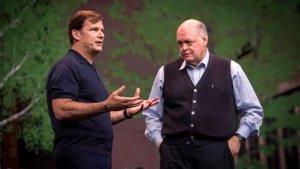 Jim Farley, izquierda, y Jim Hackett, que dejará de ser CEO de Ford en octubre