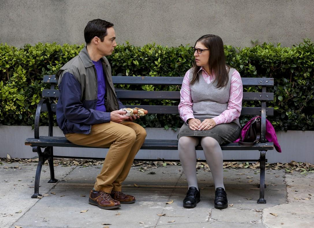 Jim Parsons y Mayim Bialik, como Sheldon y Amy en The big bang theory.