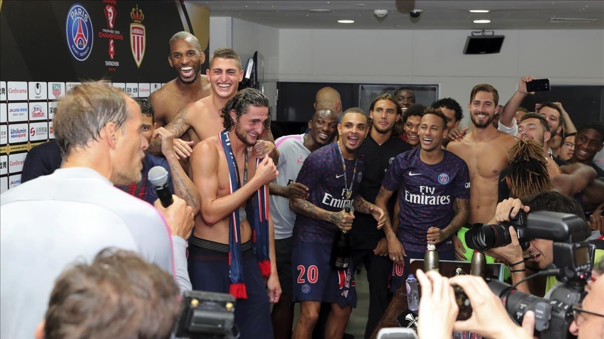 Thomas Tuchel celebra con sus jugadores la conquista de la Supercopa francesa ante el Mónaco.