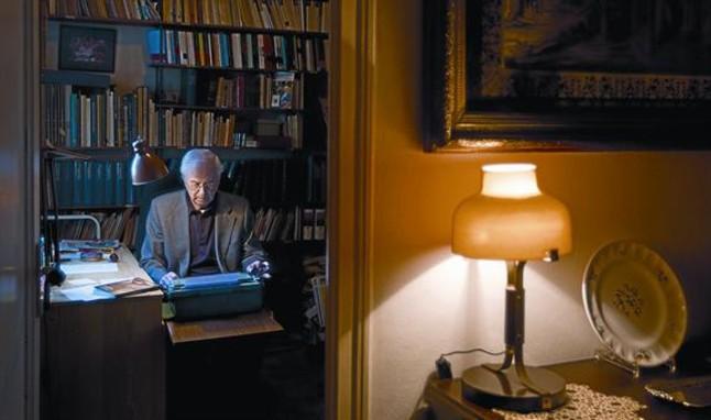 Josep Maria Espinàs, sentado frente a su máquina de escribir.