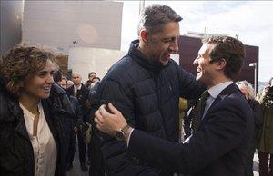 El líder del PP, Pablo Casado, saludando a Xavier García Albiol, junto a Dolors Montserrat, en Badalona.