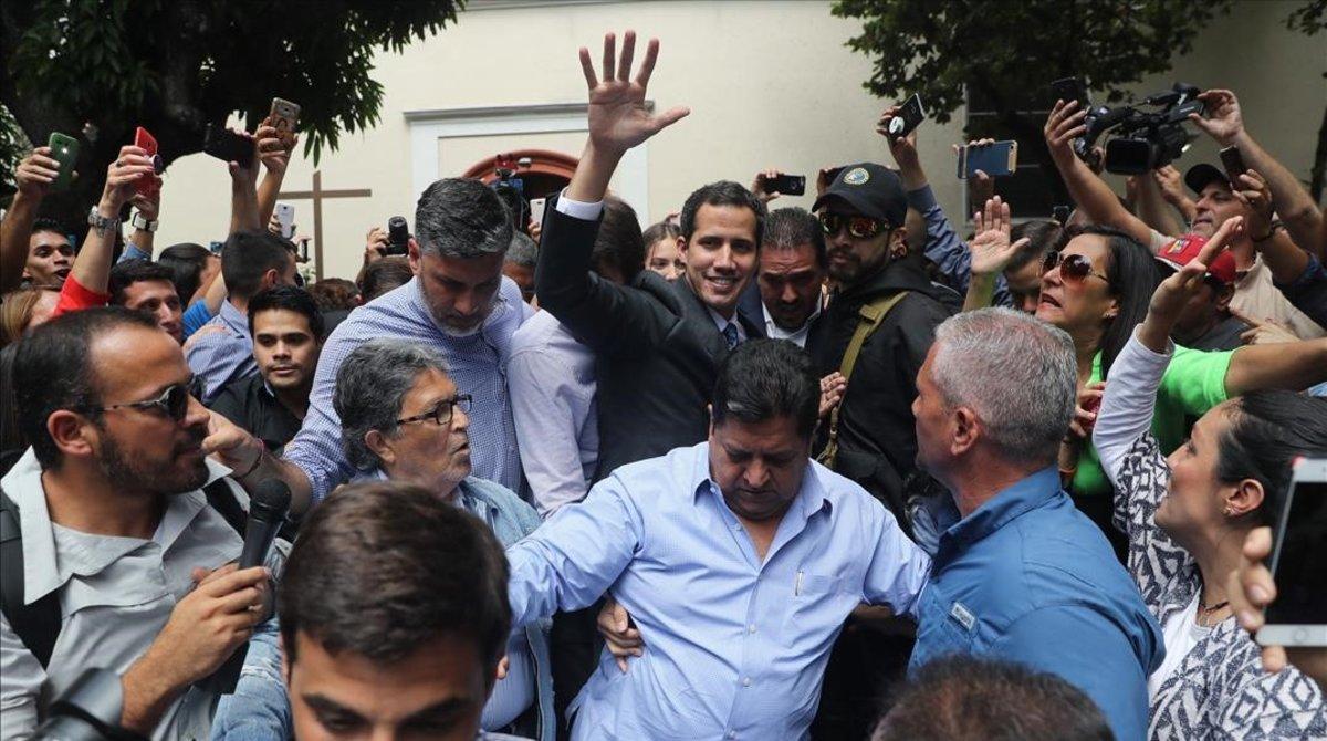 Juan Guaidó a su llegada a una plaza del este de Caracas.