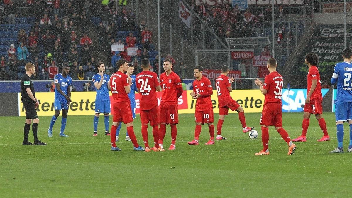 Jugadores del Hoffenheim y del Bayern renuncian a jugar en protesta por la actitud de los ultras.