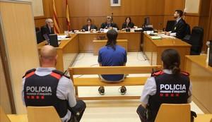 Gerard, custodiado por dos Mossos, en el juicio celebrado este martes en la Audiencia de Barcelona.