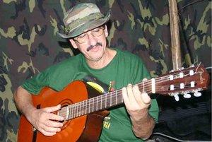 El Cantante de las FARC, como se le conoce por su afición a interpretar y componer canciones de música vallenata con letras de corte social.