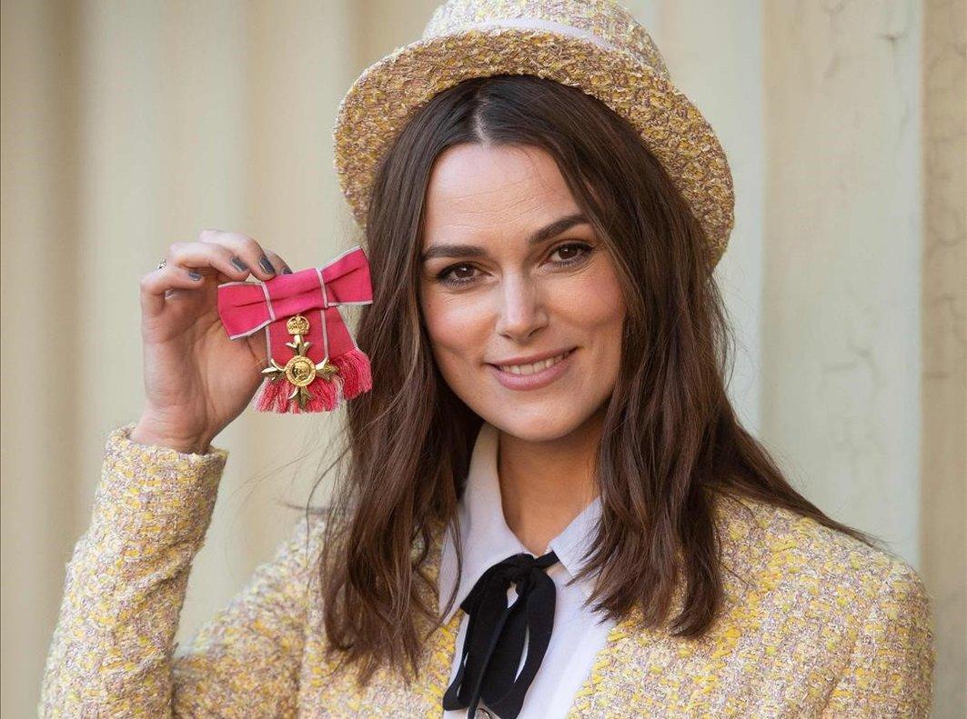 Keira Knighley ha recibido el título de la Orden del Imperio Británico con un look de Coco Chanel.