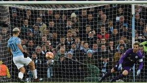 Kun Agüero marca el penalti a lo Panenka al Schalke 04 para firmar el 1-0.