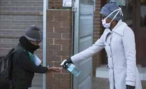 Labores de desinfección a un niño en Johannesburgo (Sudáfrica).