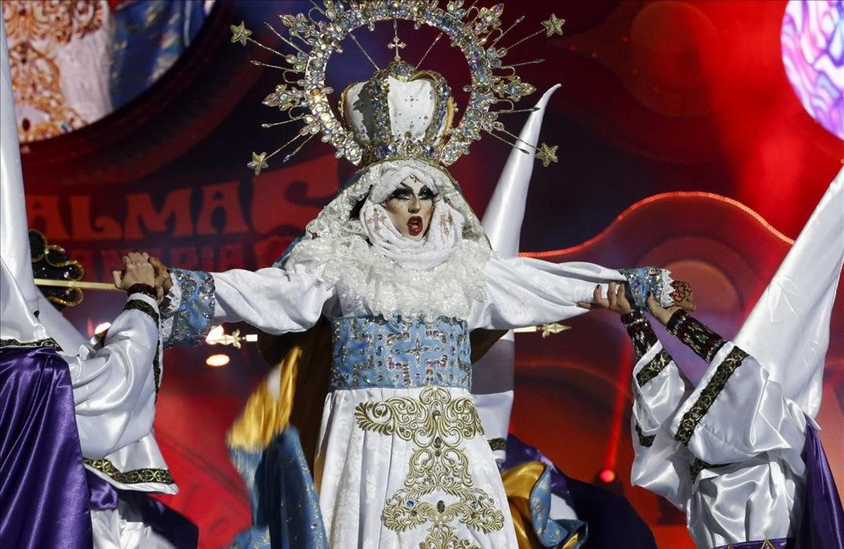 La drag Sethlas, en pleno show titulado Mi cielo, yo no hago milagros. Que sea lo que Dios quiera, con el que ganó el polémico concurso del Carnaval de la Eterna Primavera en Las Palmas de Gran Canaria.