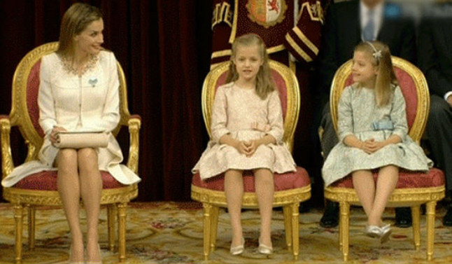 Letizia mira còmplice les seves filles durant l'acte al Congrés.