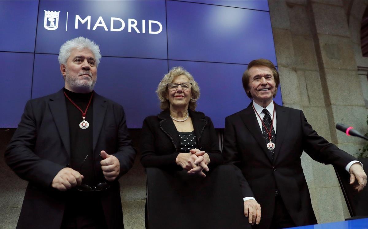 Pedro Almodóvar, Manuela Carmena y Raphael.