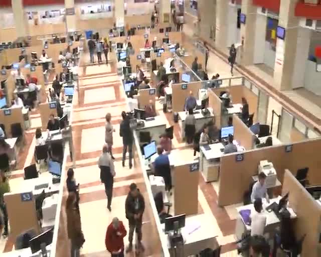Ciudadanos esperan para ser atendidos en la delegación de Hacienda de Madrid