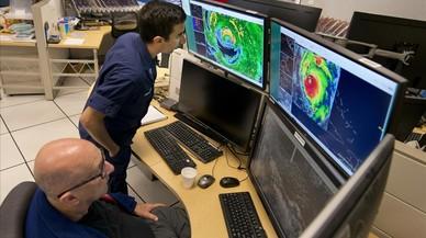 Técnicos de la Administración Nacional Oceánica y Atmosférica (NOAA, por sus siglas en inglés), observan en el National Hurricane Center Miam imágenes de radar e infrarrojas de satélite que representan el ojo del huracán 'Irma' a su paso por los Cayos de Florida.