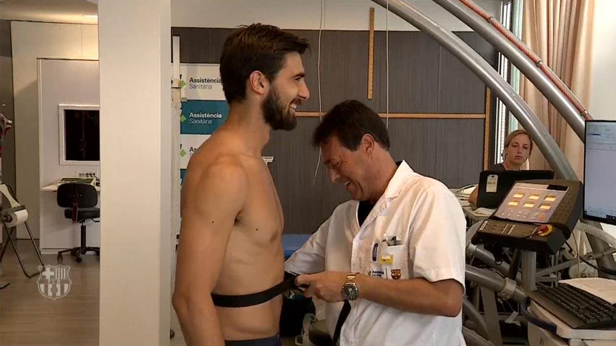 Los jugadores del Barça pasan la revisión médica.