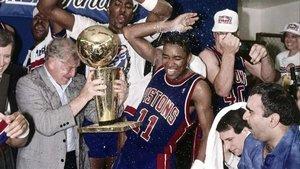 Los jugadores de los Detroit Pistons celebran la conquista de su primer anillo en la NBA, en 1989.