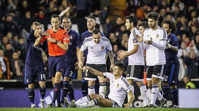 Los jugadores del Madrid protestan al árbitro Sánchez Martínez tras la expulsión de Kovacic en Mestalla.