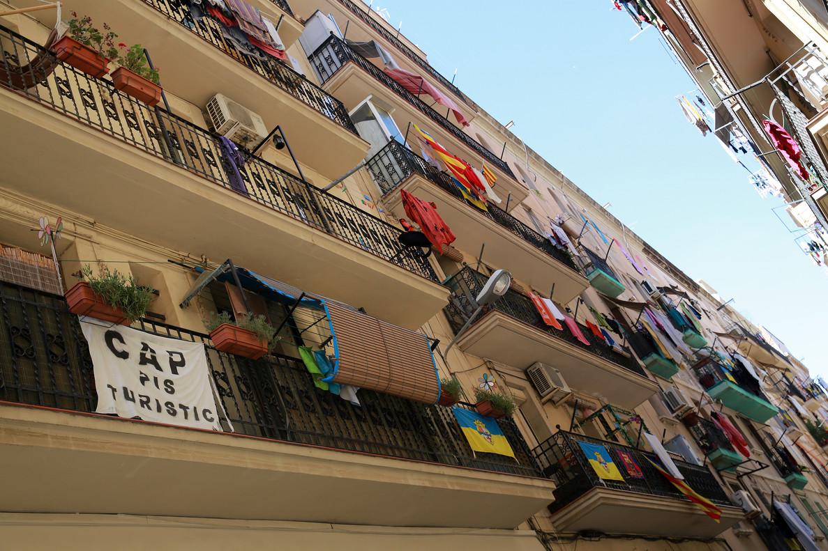Pancartas y pintadas contra el turismo masivo en un edificio del barrio de la Barceloneta.