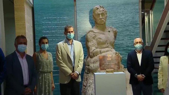 El rey Felipe VI la reina Letizia han visitado hoy la Casa-Museo del escritor Benito Pérez Galdós, del que este año se conmemora el centenario de su fallecimiento.
