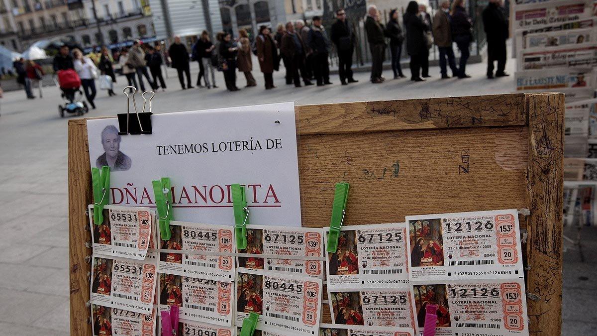 Cola ante una administración de lotería de Madrid para comprar décimos de la Lotería de Navidad.