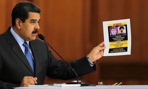 Maduro muestra una foto de Oswaldo Valentín García Palomo, uno de los responsables a los que acusa de la autoría del atentado.
