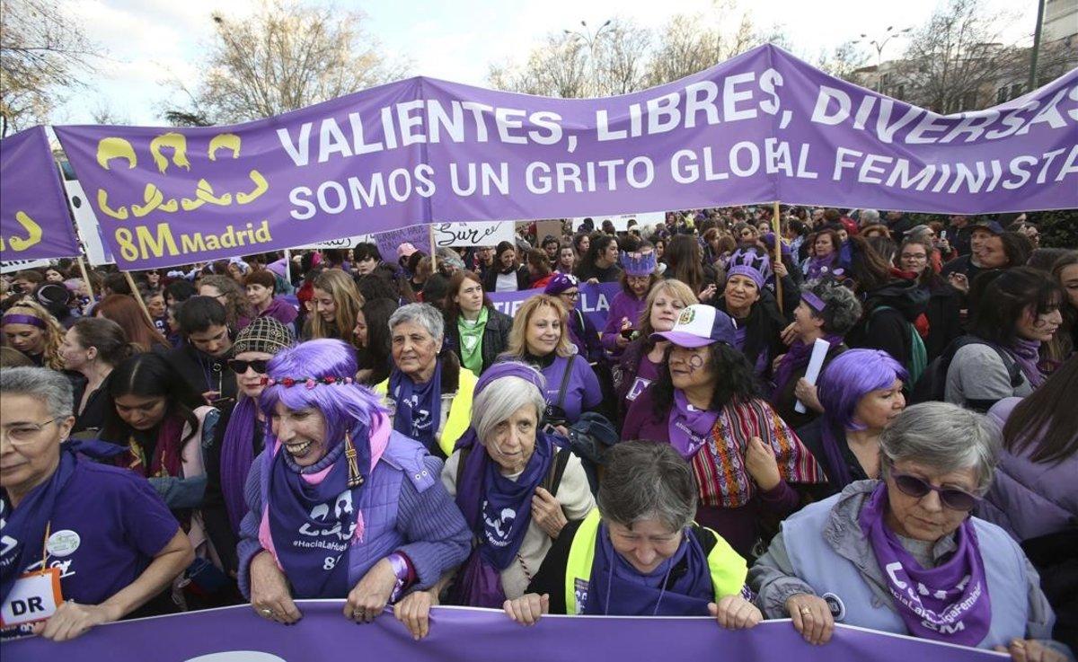 Manifestación del Día de la Mujer a su paso por el paseo del Prado.