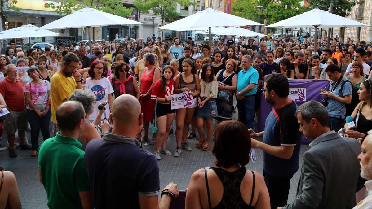 Manifestación frente al Ayuntamiento de Molins de Rei contra la violación de una chica a la salida de una discoteca del municipio.