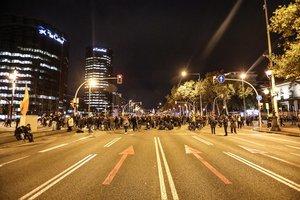 Manifestantes independentistas cortan la Diagonal de Barcelona.