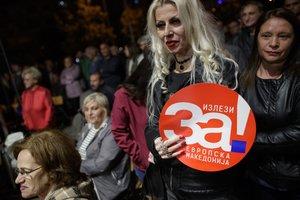 Manifestantes sostienen pancartas que dicen Sí a la Macedonia europea durante una concentración en apoyo al próximo referéndum.