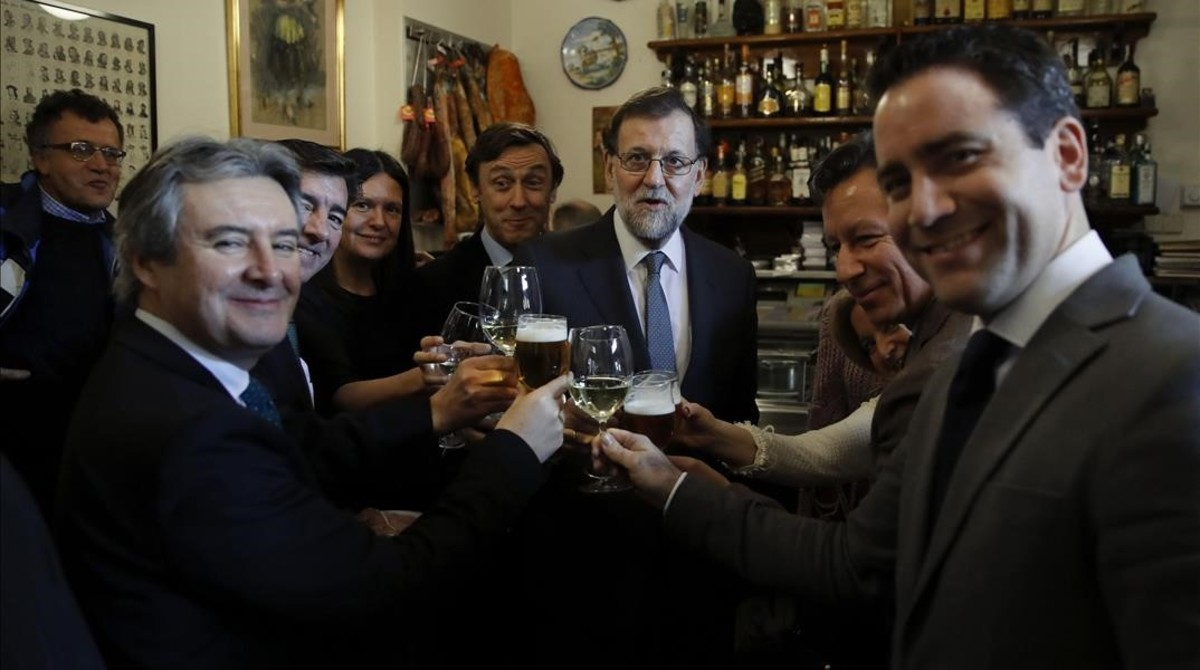 Mariano Rajoy, acompañado de varios diputados del PP, este jueves, celebrando la Navidad en un bar próximo al Congreso.